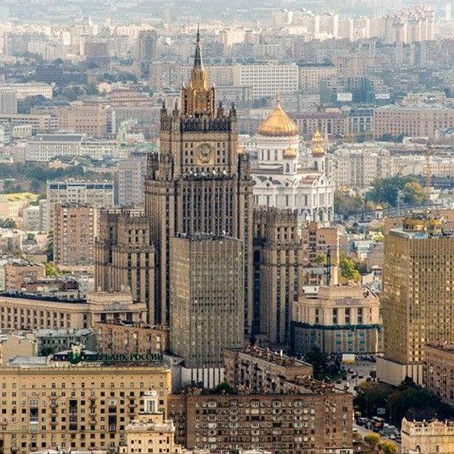 Москва таинственная: зачем под «Украиной» построили забор, «идущий вниз», и как кренили высотку на Красных воротах