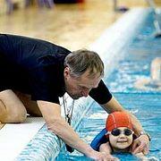 Уроки плавания для слепых детей