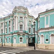 Дома-комоды. В одном из них тайно венчались Елизавета и Разумовский, в другом поселился Чехов