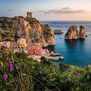 Капри, Сицилия, Сардиния: при чем здесь женщина в розовом?