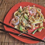 Летний завтрак в азиатском стиле: лапша из омлета