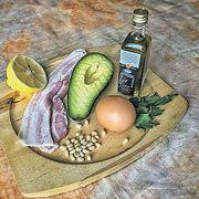 Летний полезный завтрак: авокадо, бекон и кедровые орешки