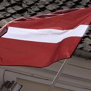 Спрос на гражданство Латвии продолжает падать