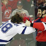 Россиянин и американец устроили побоище в матче НХЛ