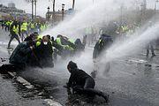 Во Франции введут мораторий на рост топливных налогов после протестов